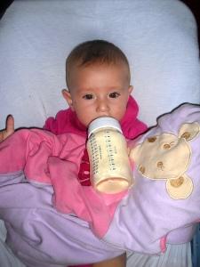 bébé triplés qui boit son biberon