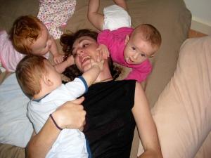 maman de triplés avec ses triplés
